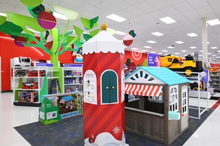 The sales floor with large toys, playhouses and shelves in the background