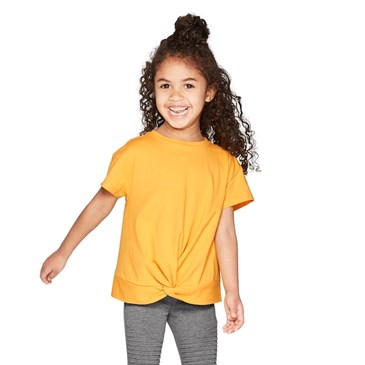 A model wears a yellow tee and gray leggings